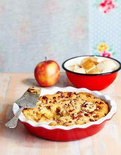 Omenapaistoksen taikinakuoren alla on vaahterasiirapilla ja kanelilla maustettuja omenoita.