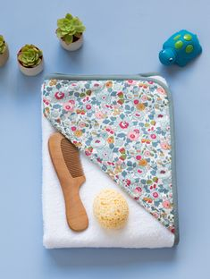 DIY / Tuto & Cape de bain / Bath cap & Extrait du livre & mois pour coudre les & The post DIY / Tuto & Cape Bath / Bath cap & Extract from the book & months to sew the & appeared first on Baby. Baby Couture, Couture Sewing, Diy For Kids, Crafts For Kids, Sewing Online, Cape Pattern, Burp Rags, Diy Bebe, Gifts For Photographers