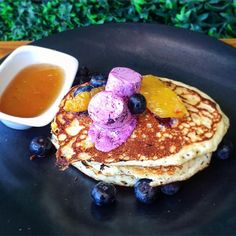 Anything but blue about these blueberry pancakes (blueberry butter, orange segments, maple syrup) #nationalpancakeday #blueberrypancakes #shortstack #brunch #catchnyc #catchroof #EMMEATS