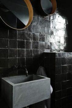 Zellige dans la déco, salle de bain en noir lavabo en béton