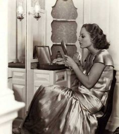 Joan Crawford Applying Powder in a Fancy Boudoir. Old Hollywood Glamour, Golden Age Of Hollywood, Vintage Glamour, Vintage Hollywood, Hollywood Vanity, Hollywood Stars, Classic Hollywood, 1930s Makeup, Vintage Makeup