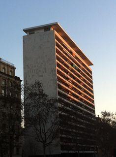 Qualsevol edifici, per lleig que sigui, té un angle i una hora del dia en que sembla maco en fer-li una foto.  Avinguda Josep Tarradellas / avinguda de Sarrià