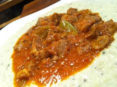 Tas kebabı için 1 kg kemiksiz kuşbaşı doğranmış kuzu but eti 2 adet beyaz soğan 2 çorba kaşığı tereyağ ( yaklaşık 50 gr) 2 diş sarımsak 2 adet domates 1 adet dolmalık biber 1 tatli kaşığı domates salçası 3 bardak su 3 tutam tuz 1 tutam karabiber Beğendi için 1,5 kg Bostan patlıcanı 125 gr tereyağ 3 corba kaşığı tepeleme un (yaklaşık 50 gr) 2-3 bardak kadar ılık süt 1 tutam tuz 3 avuc rende eski kaşar 1 tutam rende Muskat Tas kebabı * Soğanları fare diş yemeklik doğrayın ve tereyağında ...