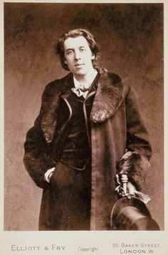 Oscar Wilde, author of The Picture of Dorian Gray. Cthulhu, Old Photos, Vintage Photos, Oscar Wilde Quotes, The Embrace, Writers And Poets, Portraits, Dorian Gray, Mode Masculine