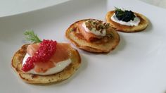 Ricetta dei blinis al salmone con panna acida e uova di lompo Hors D'oeuvres, Appetisers, Canapes, Finger Foods, Waffles, Buffet, Cheesecake, Breakfast, Desserts