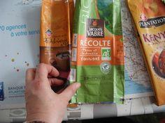 Pour réaliser un sac vous avez besoin de : 20 paquets de café 6 paquets pour le devant, 6 pour le dos 3 paquets pour le coté... Cleaning Supplies, Soap, Montage, Crochet, Creative, Fabric, Inspiration, Manualidades, Sewing For Beginners