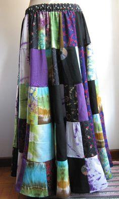 Esta falda está hecha de patchwork, con telas de algodón reciclando ropa, y que está formada por 160 cuadrados!  Es muy amplia, y tiene una caida muy bonita.  Si quereis encargar una con colores a vuestro gusto, es posible el hacerla sin ningún problema.