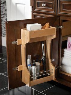 新たに収納ボックスや棚を置けない、狭いバスルーム&洗面所には、有効活用場所として、シンク下がおすすめ。中でも、自由になる空間は、扉の内側。くぼみに上手に取り付けた棚に、たっぷりヘアケア用品が収容できます。