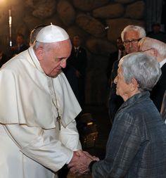 El papa Francisco estrechando la mano de la superviviente del Holocausto Sonia Tunik-Giron. Yad Vashem, 26/05/2014