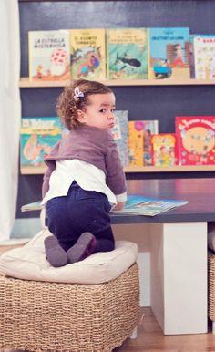 El kiosco del pan agradable cafetería con zona para niños: una librería con cuentos, una mesa baja con pufs para los más pequeños y además, espacio para carritos, para leer tranquilamente o simplemente disfrutar sin estrecheces de un desayuno, comida o merienda con amigos.