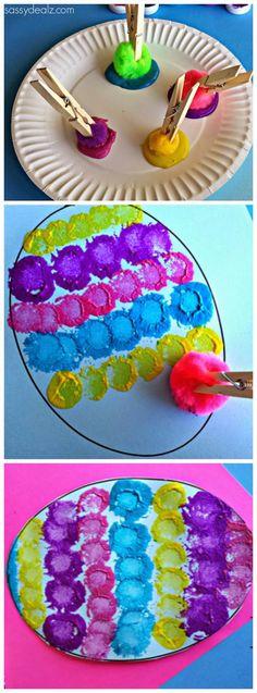 Com pregadores de roupa, tinta e uma bolota de algodão, seu filho pode se divertir fazendo padrões coloridos para enfeitar os ovos!