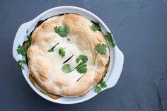 Indiase vegetarische groentetaart (met linzen, zoete aardappel en spinazie) Tofu Curry, Food Crafts, Food Blogs, What To Cook, Chutney, Naan, Veggies, Pie, Cooking