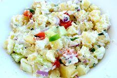 zomerse aardappelsalade met groente  700 gram aardappelen 1 rode ui 1 tomaat 1 paprika 1 komkommer 1 teentje knoflook 3 eetlepel griekse yoghurt Olijfolie Zout en peper