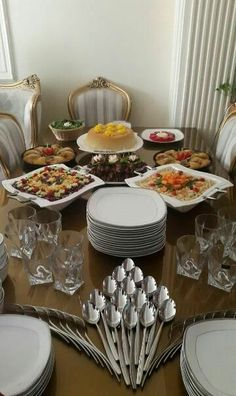Buffet Table Settings, Buffet Set Up, Cutlery Art, Dining Etiquette, Table Manners, Table Arrangements, Deco Table, Food Presentation, Dinner Table