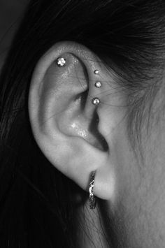 Trending Ear Piercing ideas for women. Ear Piercing Ideas and Piercing Unique Ear. Ear piercings can make you look totally different from the rest. Ear Piercings Chart, Cool Ear Piercings, Ear Peircings, Multiple Ear Piercings, Body Piercings, Tongue Piercings, Daith Piercing, Smiley Piercing, Forward Helix Piercing