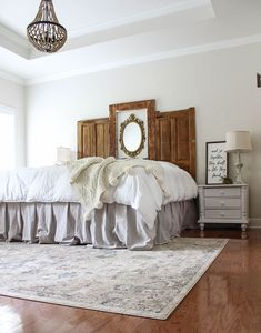 This is the simplist bed skirt ever you will ever DIY! A step by step tutorial for a DIY bed skirt made from drop cloth. No sewing required! Home Design, Design Ideas, Interior Design, Design Design, Interior Decorating, Nashville, Diy Bett, Master Bedroom Design, Bedroom Designs