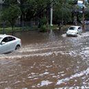 Choveu muito e alagou tudo. O que devemos fazer?  http://carros.uol.com.br/noticias/redacao/2016/12/28/a-rua-alagou-saiba-como-reagir-e-veja-dicas-para-enfrentar-possiveis-danos.htm
