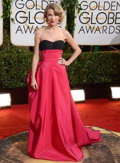 Taylor Swift con vestido bicolor con drapeado efecto polisón en la espalda, de la colección prefall 2014 de Carolina Herrera .