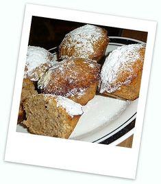 Smícháme mouku, cukr, ořechy a prášek do pečiva a zalijeme to rozmíchanou směsí mléka, oleje a vajec. Rozmícháme, naplníme formičky a upečeme. Minis, French Toast, Cupcakes, Breakfast, Desserts, Food, Morning Coffee, Meal, Cupcake