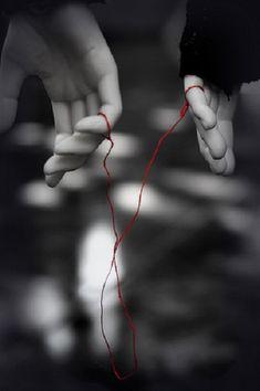 Según esta leyenda, las personas predestinadas a conocerse se encuentran unidas por un cordón rojo atado a sus dedos meñiques.