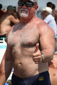 ONLY I like bears, hairy mature man, daddy, older man, handsome mature man! Hairy Hunks, Hairy Men, Handsome Older Men, Older Man, Grey Beards, Normal Guys, Daddy Bear, Bear Men, Hairy Chest