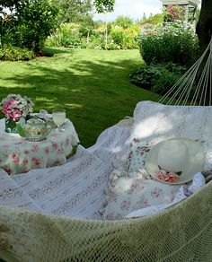 I have to have a hammock someday!!! This one would be absolutely perfect.