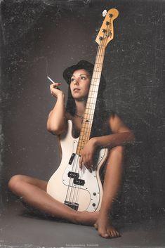 Fotograf The Girl with the Bass von Ezio Gutzemberg auf Musician Photography, Figure Photography, Girl Photography, Bedroom Photography, Rock And Roll Girl, Mode Rock, Women Of Rock, Rocker Girl, Guitar Girl