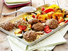 Meatballs from sheet metal with oven-baked vegetables and sweet potatoes-Frikadellen vom Blech mit Ofengemüse und Süßkartoffeln Our popular recipe for meatballs with roast vegetables and sweet potatoes and over more free recipes on LECKER. Oven Baked Vegetables, Roasted Vegetables, Meatball Recipes, Meat Recipes, Healthy Recipes, Low Carb Pizza, Paleo Pizza, Dehydrated Food, Pampered Chef