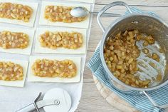 Schnelle Blätterteig Apfeltaschen   alles annasch Apple Recipes With Puff Pastry, Easy Puff Pastry Recipe, Easy Pastry Recipes, Puff Pastry Dough, Breakfast Puff Pastry, Pepperidge Farm Puff Pastry, Turnover Recipes, Cocktail Desserts, Cocktails