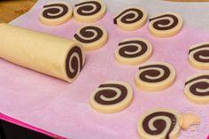 Petits sablés bicolores en forme de spirales parfumés au chocolat et à la vanille.