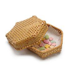 亀甲編みで丁寧に編まれた六角形のお弁当箱です。竹かごはお弁当だけでなく、お菓子入れにもいいですね。竹籠作家の久保一幸氏の作品。