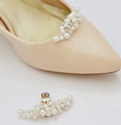 Perełkowe ślubne klipsy do butów. Misternie plecione koraliki szklane, białe oraz bezbarwne umieszcone na specjalnym klipisie do obuwia.  Dostępne w sklepie internetowym Madame Allure