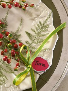 Use these Christmas table decorations as inspiration for all your parties this holiday season. Each Christmas table is packed with easy, inexpensive decorating ideas for Christmas centerpieces and holiday place settings. Christmas China, Noel Christmas, All Things Christmas, Christmas Crafts, Christmas Place, Xmas, Christmas Lunch, Christmas Kitchen, Green Christmas