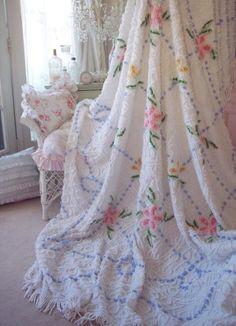 VINTAGE CHENILLE BEDSPREAD SNOWY WHITE PINK DAISY ROSES BLUE POPCORN & FRINGE
