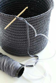 Rafia un gancho de tejer,manguera muy delgada,puntada de orilla y listo.