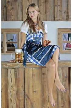 Dirndl loves to piss into the beer right before she gives it to someone to drink it. German Girls, German Women, I Love Girls, Cute Girls, Octoberfest Girls, Beer Girl, Dirndl Dress, Barefoot Girls, Beer Maid