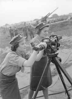 Women in WWII - ATS anti-aircraft artillery spotters learn to use an identification telescope at ATS Training Centre at Stoughton near Guildford, 24 September 1940s Photos, Vintage Photos, Ww2 Women, Military Women, Military History, Civil Air Patrol, Pin Up, Female Soldier, Photos Of Women
