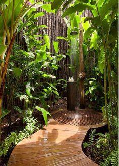 Ducha con entorno tipo selva