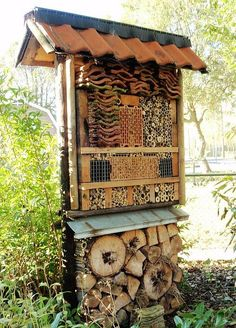 This insect hotel has lots of vacancies! Garden Bugs, Garden Insects, Garden Animals, Garden Pests, Bug Hotel, Aquaponics, Reggio, Permaculture, Bird Houses