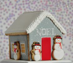 Gray Noël Gingerbread House