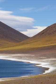Laguna Miñiques, Atacama, Chile  Vuoristojärven maisemia saa ihastella aivan yksikseen.  http://www.exploras.net/uudet-tekstit/#/10-ikkunaa-atacamaan-chileen/