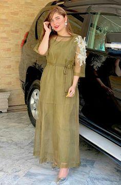Pakistani Dresses Party, Pakistani Fashion Party Wear, Pakistani Dress Design, Party Wear Dresses, Pakistani Outfits, Modest Fashion Hijab, Frock Fashion, Fashion Dresses, Dress Neck Designs