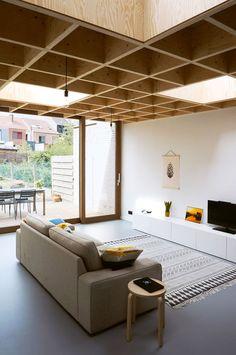 PVK Kessel-Lo - Gelijkvloerse uitbreiding van een rijwoning door OFFICEU architects for urbanity Timber Roof, Timber Ceiling, Wooden Ceilings, Home Ceiling, Ceiling Decor, Design Food, Design Café, Home Design, Detail Architecture
