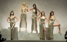 Carla Bruni, Claudia Schiffer, Naomi Campbell, Cindy Crawford, Helena Christensen... Le défilé Versace à Milan