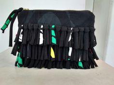 Bolso de trapillo reciclado a partir de una camiseta de niño. Con una camiseta vieja se hicieron canutillos de trapillo que lo hacen más original y juvenil.
