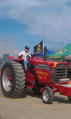 Farmall 560 pullin' tractor Big Tractors, Farmall Tractors, John Deere Tractors, Truck And Tractor Pull, New Tractor, International Tractors, International Harvester, Traktor Pulling, Tractor Decor