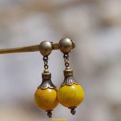 Clous d'oreilles bronze perles de bois jaune safran