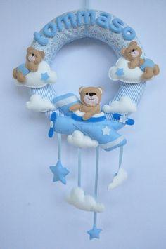Il laboratorio di Eli: Fiocchi nascita per principesse e principini! Baby Crafts, Felt Crafts, Diy And Crafts, Baby Room Decor, Nursery Decor, Baby Kranz, Baby Boy Wreath, Felt Banner, Crochet Baby Toys