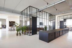 Manners Kijk rond bij de inspirerende werkomgeving van het Amsterdamse reclamebereau BrandBase 7