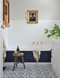 A beautiful bathroom relies on a beautiful tub. If a stunning soaker or classic clawfoot isn't in the cards, here's how you can make your built-in more stylish: Clad the outside of your tub in tile, wood planks, or painted-out panelling for a custom look without the price tag. Click through to see this designer …